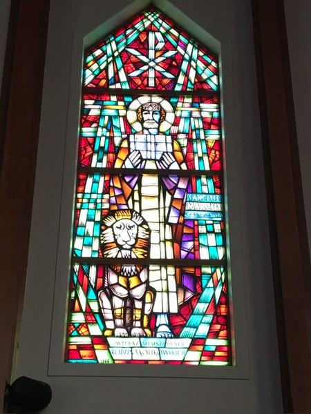 Witraż w prezbiterium #1.JPG