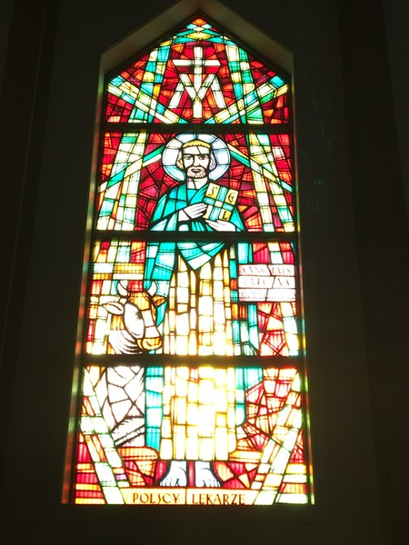 Witraż w prezbiterium #3.JPG