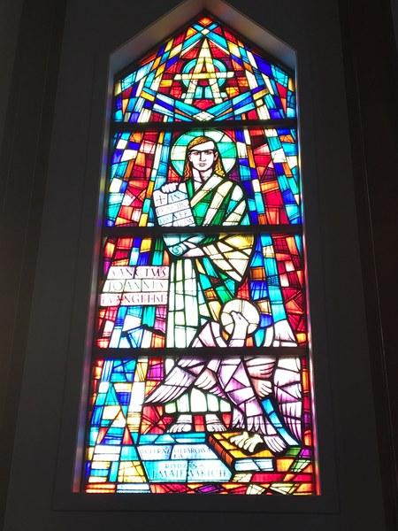 Witraż w prezbiterium #4.JPG